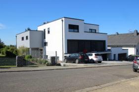 In Hadamar entstand ein modernes Mehrfamilienhaus im Bauhausstil.